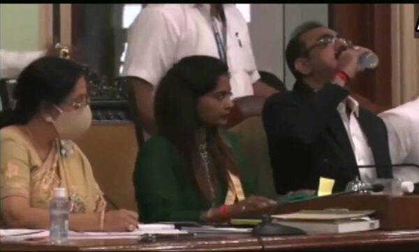 موقف محرج لمسؤول حكومي خلال اجتماع رسمي في الهند (فيديو)