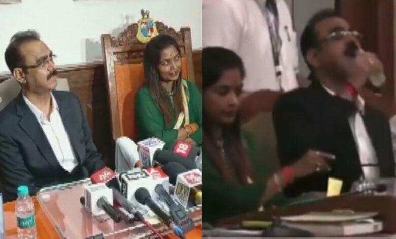 Photo of موقف محرج لمسؤول حكومي خلال اجتماع رسمي في الهند (فيديو)