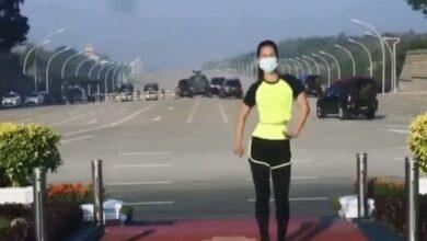 Photo of سيدة في ميانمار تلعب الرياضة دون أي مبالاة للانقلاب العسكري خلفها (فيديو)