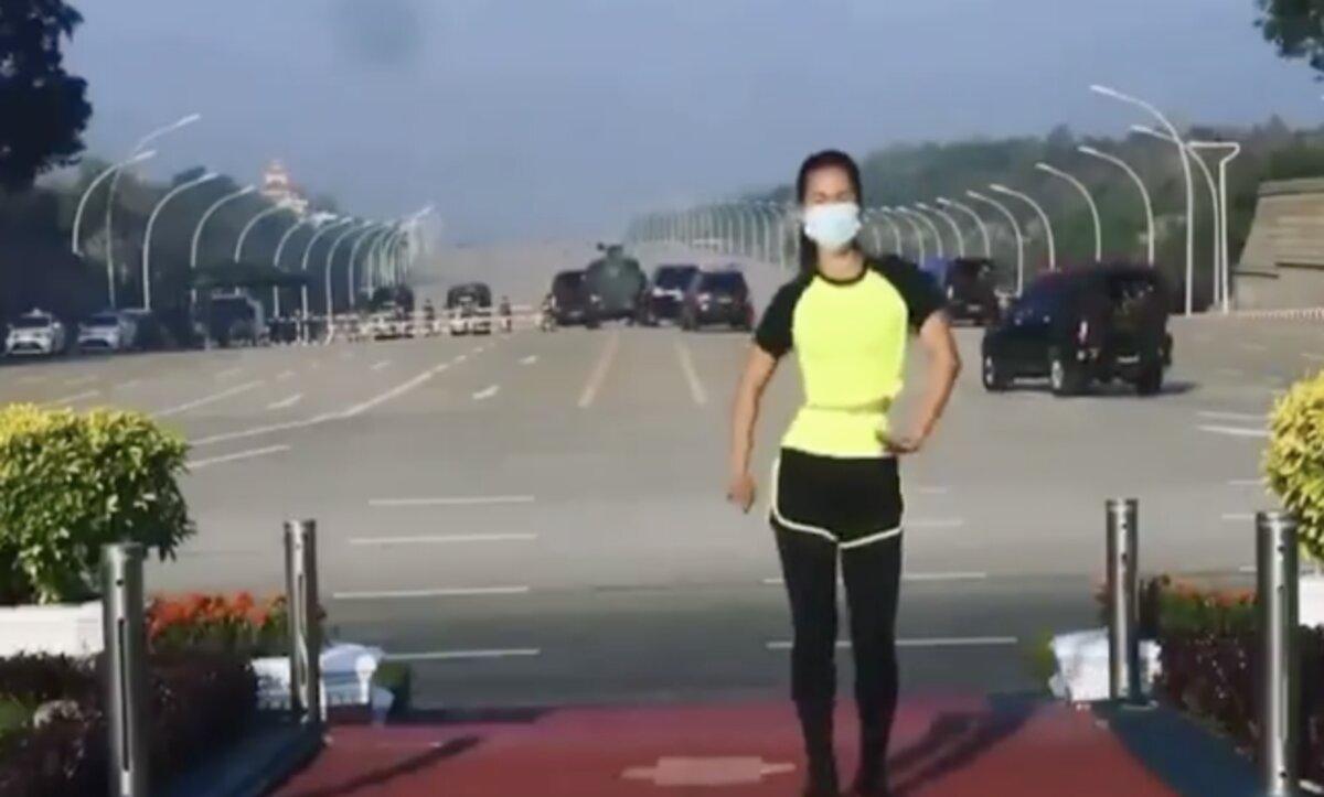 سيدة في ميانمار تلعب الرياضة دون أي مبالاة للانقلاب العسكري خلفها (فيديو)