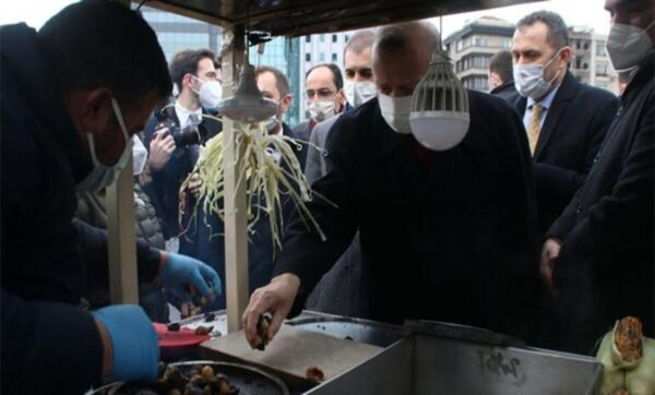 أردوغان يرفض تقبيل يده من قبل بائع اشترى منه الكستناء ويقدم له نصيحة ثمينة (فيديو)
