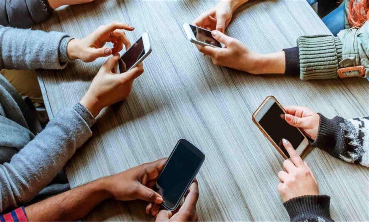 دراسة أمريكية: استخدام الهواتف للرجال وقراءة الصحف للنساء مفيد للصحة