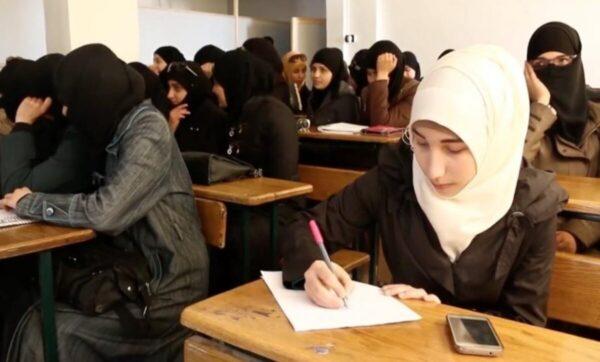 أم لـ 7 أولاد ونازحة في مخيمات الشمال ... سيدة سورية تتابع دراستها الجامعية في عمر الـ 47 عاماً