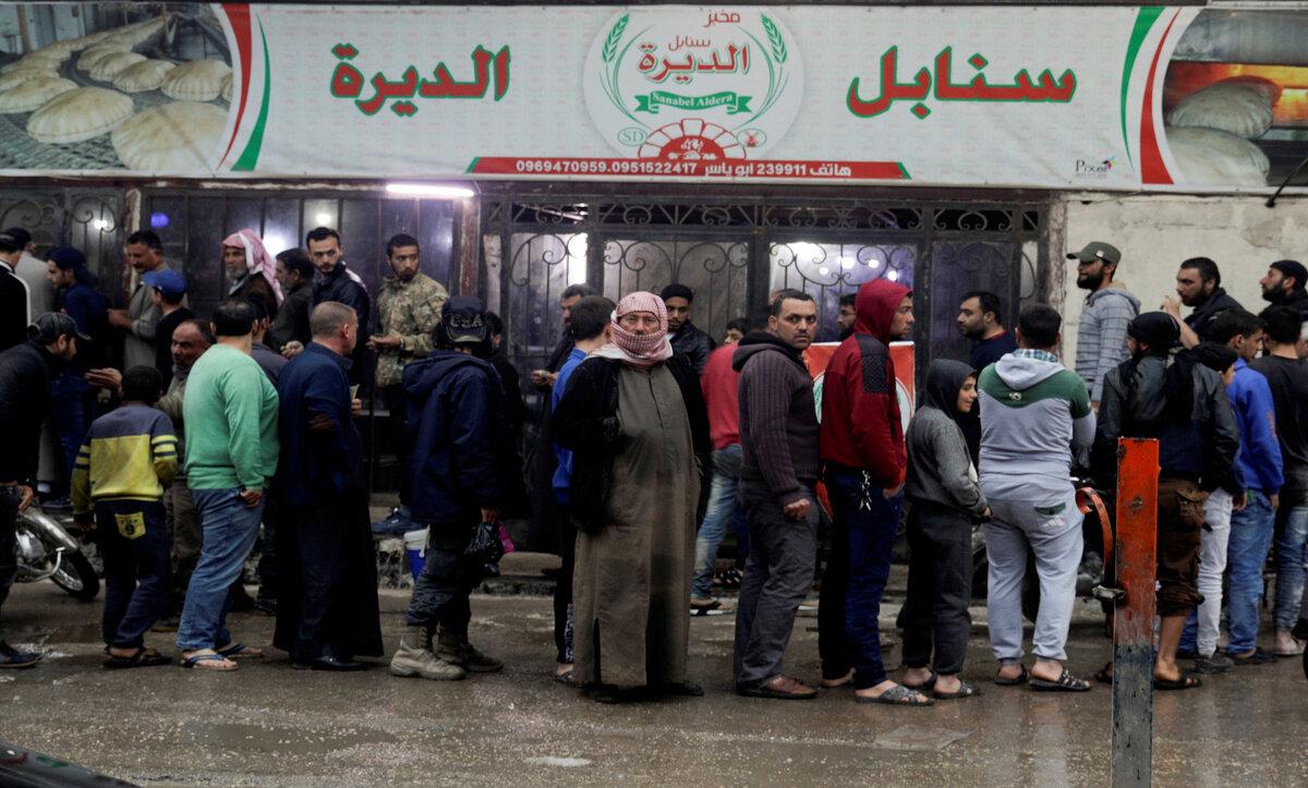 بدائل السوريين لتأمين لقمة العيش: تأجير البطاقة الذكية مقابل المال و ربطة خبز واحدة!