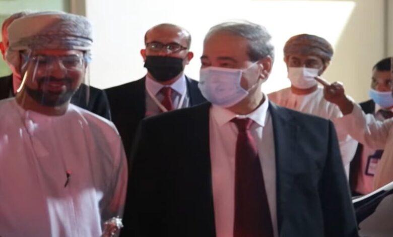"""Photo of وزير خارجية الأسد """"فيصل المقداد"""" يصل سلطنة عمان في أول زيارة عربية له بعد تسلمه منصبه"""