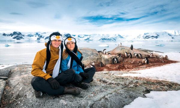 بطريق يستنجد بالسياح للهروب من حيتان في القطب الجنوبي (فيديو)