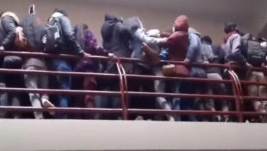 Photo of شرفة جامعة توقع عدداً من طلابها من الطابق الرابع (فيديو)