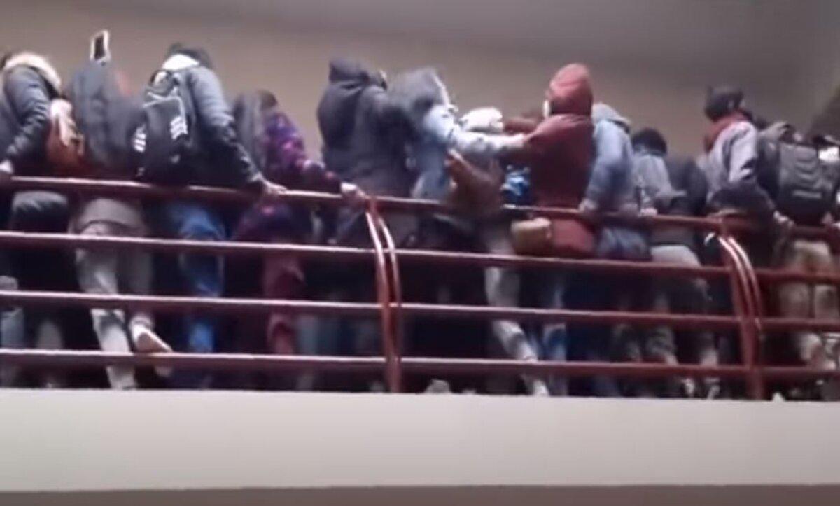 شرفة جامعة تتهاوى وتوقع عدداً من طلابها من الطابق الرابع (فيديو)