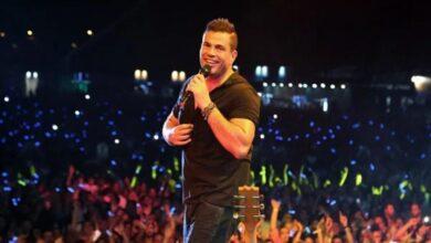 Photo of عمرو دياب يقع بشكل مفاجئ فوق المسرح أثناء حفله في القاهرة (فيديو)