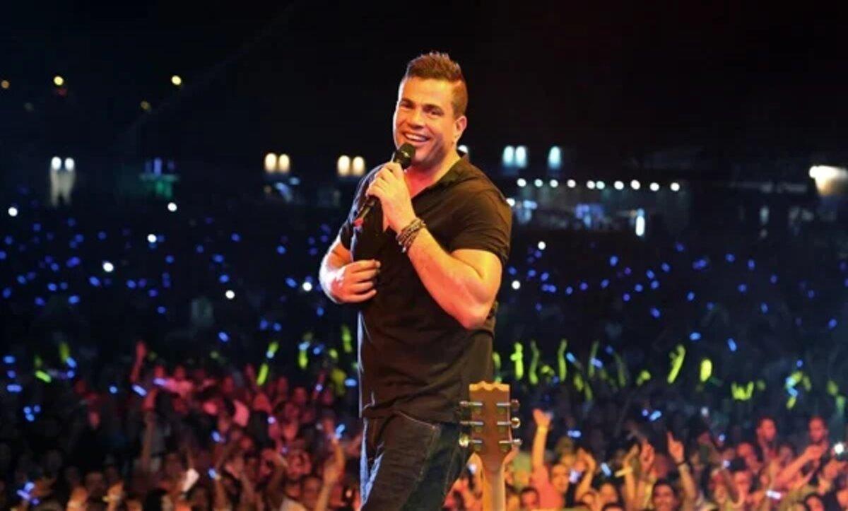 عمرو دياب يقع بشكل مفاجئ من على المسرح أثناء حفله في القاهرة (فيديو)