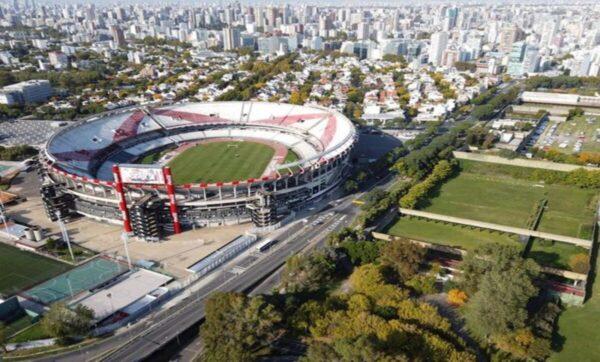 نادي لكرة القدم يستعين بالصقور لحماية ملعبه الجديد في الأرجنتين