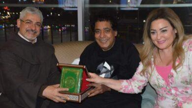 Photo of محمد منير يثير الجدل، طلب إهداءً على القرآن الكريم من رجل دين مسيحي! (صور)