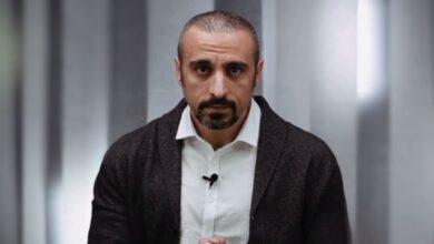 Photo of أحمد الشقيري عـ.ـاري الصدر وفتيات يتغزلن بعضلاته (فيديو)
