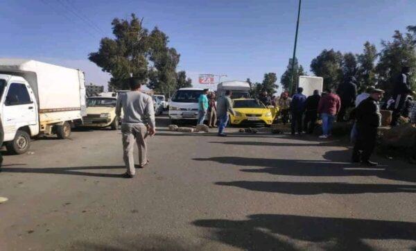 محتجون يغلقون طريق دمشق السويداء ويصلون إلى شركة تابعة لأسماء الأسد