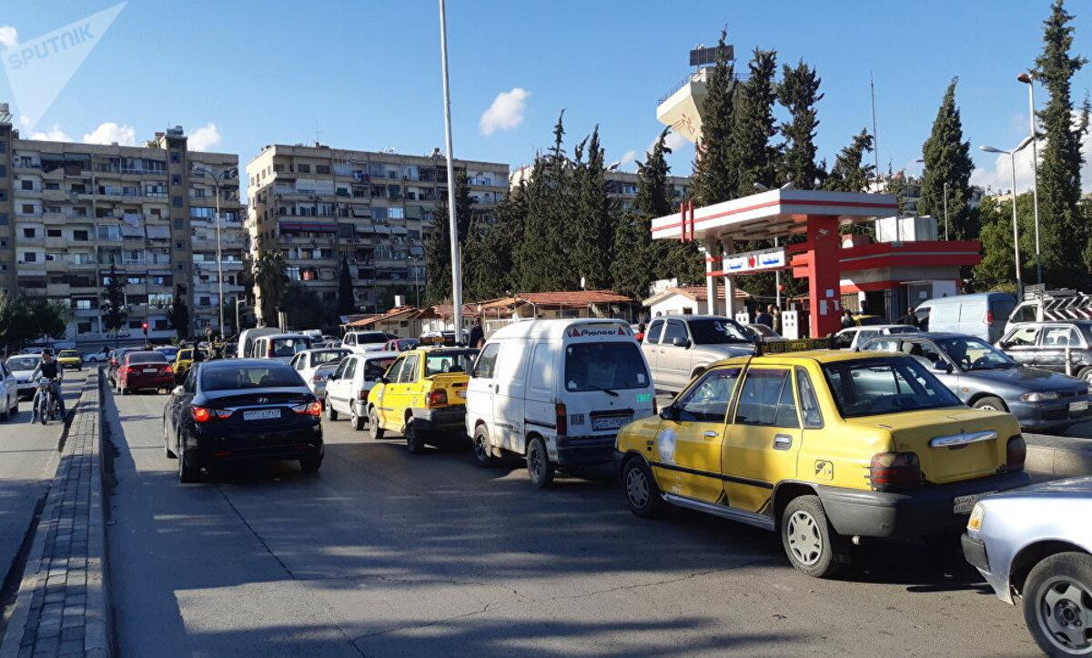 عبر تطبيق إلكتروني.. نظام الأسد يسمح لأصحاب المركبات الخاصة بنقل الركاب ونشطاء يحذرون