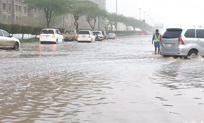 أمطار غزيرة تغطى شوارع المملكة وهيئة الدفاع المدني تحذر المواطنين