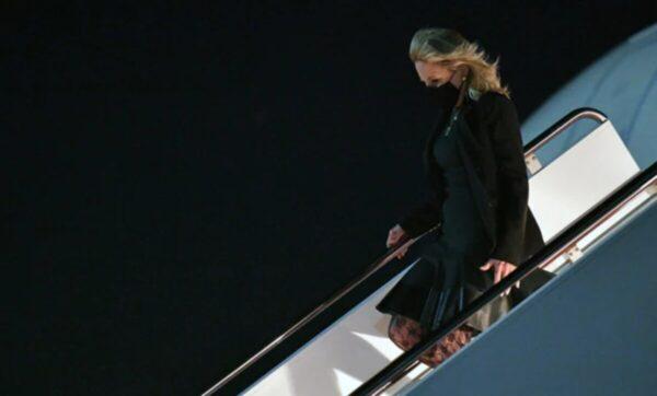 زوجة بايدن تحتفل بكذبة نيسان: تنكرت في زي مضيفة طيران ووزعت المثلجات على الركاب