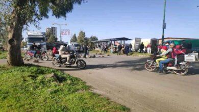 Photo of محتجون يغلقون طريق دمشق السويداء ويصلون إلى شركة تابعة لأسماء الأسد