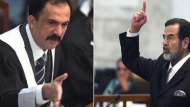 Photo of صدام حسين حاضراً في مجلس عزاء القاضي الذي حاكمه وجدل بسبب طريقة وضع صورته