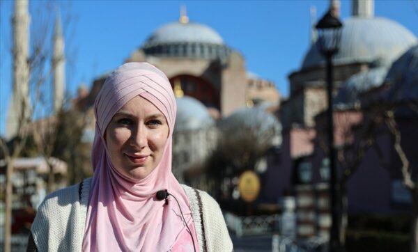 أسلمت بعد دخولها مسجداً في تركيا وتركت حلمها بالتمثيل لتكرس حياتها للتعريف بالإسلام.. قصة الفنانة البريطانية عائشة روزالي