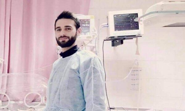 فلسطين: والد يشكر طبيباً أنقذ حياة طفلته بتقبيل أقدامه (فيديو)