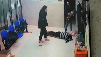 Photo of فلسطين: والد يشكر طبيباً أنقذ حياة طفلته بتقبيل أقدامه (فيديو)
