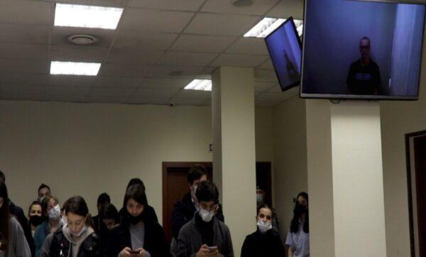 """ظهور جديد للمعارض الروسي """"أليكسي نافالني"""" خلال جلسة محاكمة في موسكو يتحدث فيها عن بوتين"""