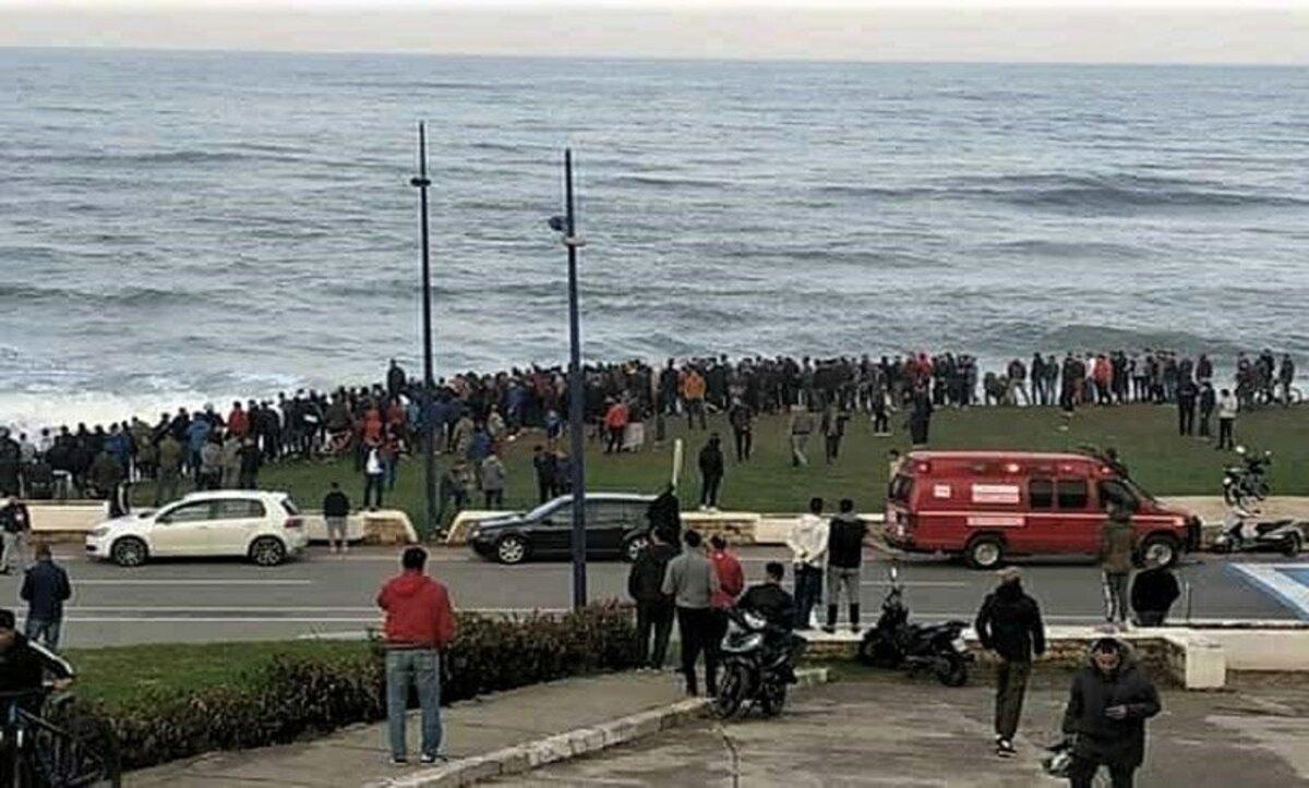 أكثر من مئة شاب يهاجرون جماعياً عبر السباحة من المغرب إلى إسبانيا (فيديو)