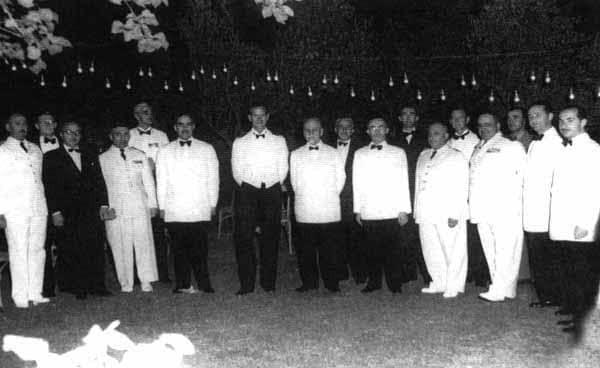 أربعة رؤساء لـ #سوريا في صورة نادرة مع الأمير الراحل #فيليب في #دمشق