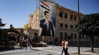 Photo of سوري يتحدى النظام في مناطق سيطرته بإزالة صور بشار الأسد وسط الشوارع (فيديو)