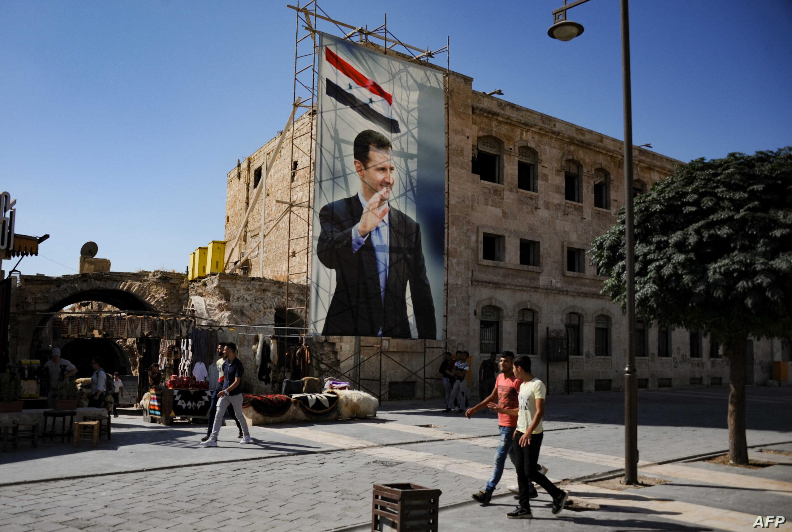 سوري يتحدى النظام في مناطق سيطرته بإزالة صور بشار الأسد وسط الشوارع (فيديو)