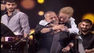 Photo of أنطوانيت نجيب تفاجئ جورج وسوف على المسرح بعناقٍ أثناء غناءه احتفالًا بفوز الأسد بالرئاسة! (فيديو)