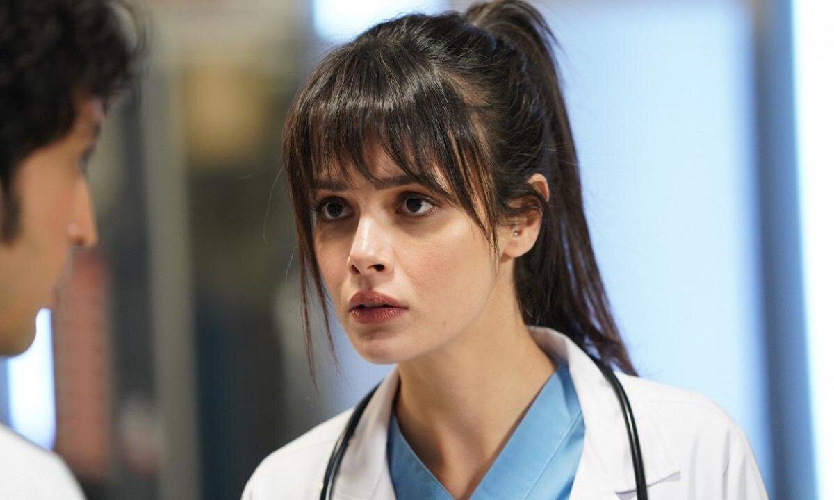 نازلي في مسلسل الطبيب المعجزة تثير الجدل بإطلالتها بدون ملابس (صورة)