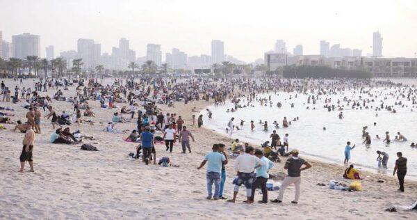 """فرار جماعي للمئات من مرتادي أحد شاطئ """"تل أبيب"""" (فيديو)"""