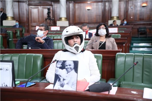 تونس.. مسؤولة ترتدي خوذة وسترة واقية خلال جلسة لمجلس النواب (فيديو)