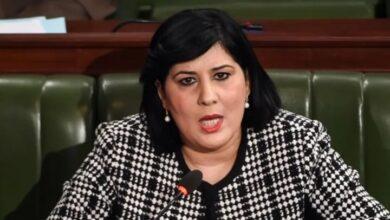 Photo of تونس .. مسؤولة ترتدي خوذة وسترة واقية خلال جلسة لمجلس النواب (فيديو)
