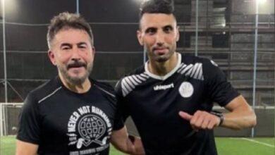 Photo of عابد فهد يستعرض مهاراته الكروية برفقة اللاعب المحترف عبد الرزاق الحسين (فيديو)