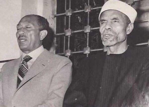 الشيخ محمد متولي الشعراوي بجانب الرئيس المصري الأسبق محمد أنور السادات (إنترنت)