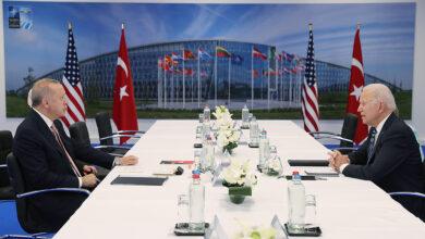 Photo of جو بايدن يبادر بالتوجه إلى الرئيس أردوغان وهو جالس لإلقاء التحية عليه (فيديو)