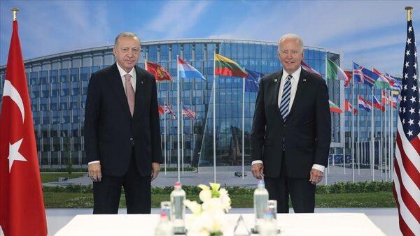 جو بايدن يباد بالتوجه إلى الرئيس أردوغان وهو جالس لإلقاء التحية عليه (فيديو)