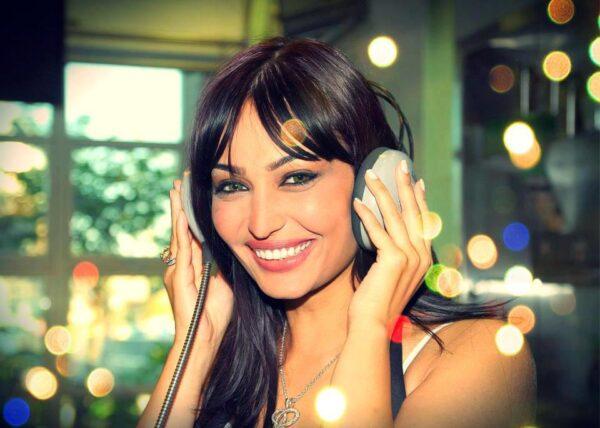 روعة ياسين تحتفل بمنحها الإقامة الذهبية من الإمارات بصورة محمد بن راشد آل مكتوم