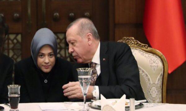 مترجمة أردوغان تلفت الأنظار بحجابها