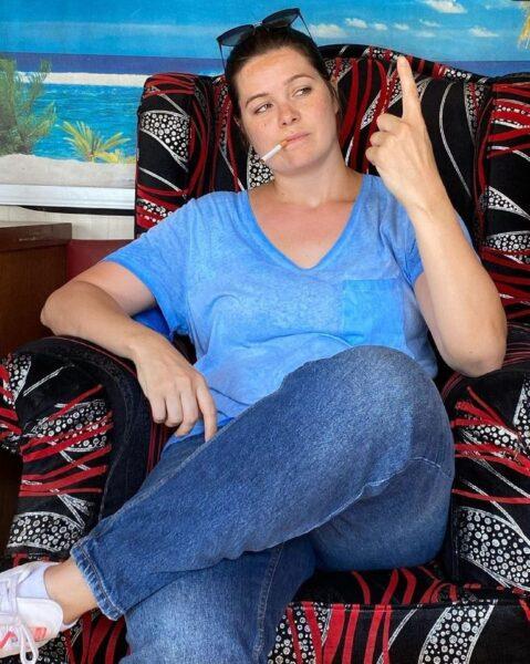"""سيجارة وعلامة """"نمبر وان"""".. يسرا اللوزي ترد على منتقدي صورتها: الناس مابقاش عندها حس فكاهي"""