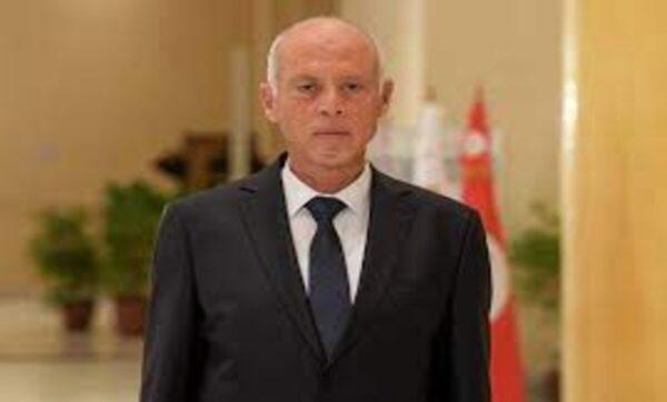 الرئيس التونسي يقيل الحكومة ويجمد البرلمان ورفض واسع وحديث عن انقلاب مكتمل الأركان