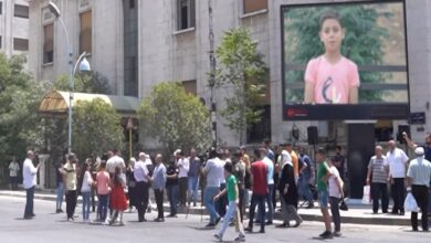 Photo of تلفزيون الأسد يكافئ عاملي نظافة في حماة عبر شاشة إعلانات كبيرة ويتلقى انتقادات واسعة (فيديو)