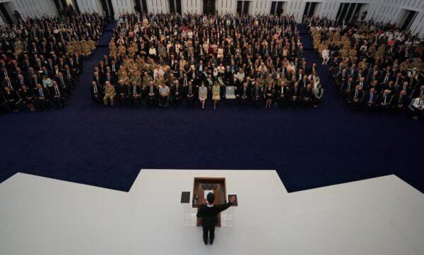 """بشار الأسد يسرد نكتة خلال خطاب بعد أداء اليمين الدستورية: """"لمين التصفيق؟"""" (فيديو)"""