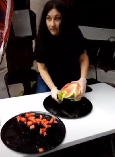جيهان فاضل تثير الجدل بظهور نادر في أحد المهرجانات بكندا تُقطع بطيخ (فيديو)