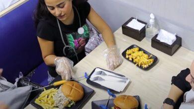 Photo of أطباء في دمشق يفتتحون مطعماً على شكل عيادة صحية ووجباته بأسماء طبية (فيديو)