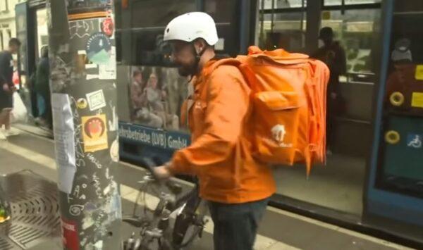 بعد فراره من طالبان.. وزير الاتصالات الأفغاني يعمل ديلفري بيتزا في ألمانيا على دراجة هوائية (فيديو)