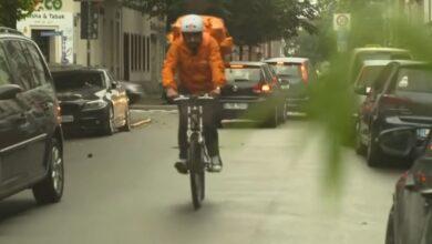 Photo of بعد فراره من طالبان.. وزير الاتصالات الأفغاني يعمل ديلفري بيتزا في ألمانيا على دراجة هوائية (صور – فيديو)